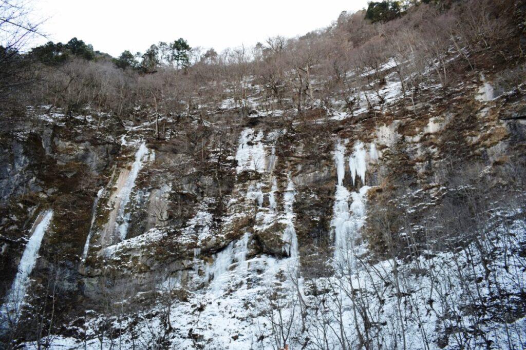 大滝・中津峡「出合」ダイナミックな「氷の壁」